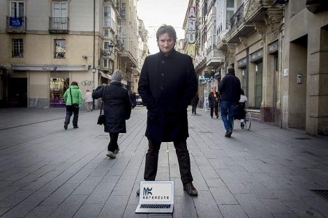 Arturo Tirador posa con el logotipo de su marca en una calle de Vitoria. | Iñaki Andrés