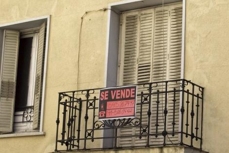 Cartel de 'se vende' en un piso de Madrid. | B. Rivas