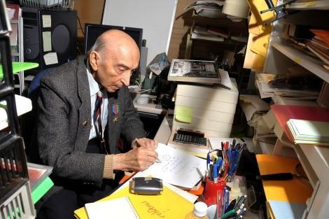 El ingeniero Lofti Zadeh, trabajando en su despacho. | Fundación BBVA.