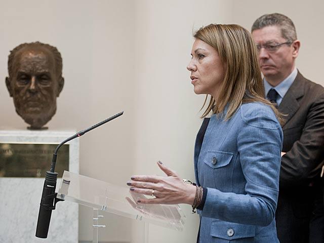 María Dolores de Cospedal en la colocación del busto a Manuel Fraga, hoy, en Madrid. | Gonzalo Arroyo