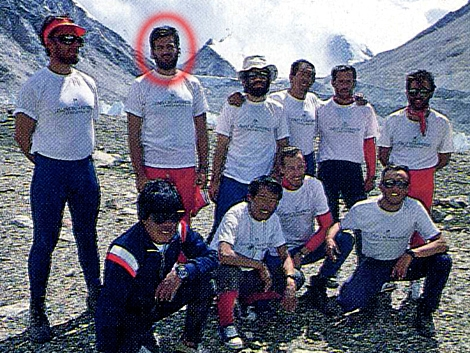 Bárcenas, de pie, el segundo por la izquierda, en la expedición del Everest en 1987.   EL MUNDO