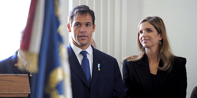 Luis Alfonso de Borbón y su esposa, en una misa en París en 2011.   Gtres