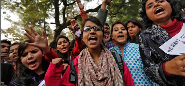 Mujeres protestan contra las violaciones de la India.   Reuters