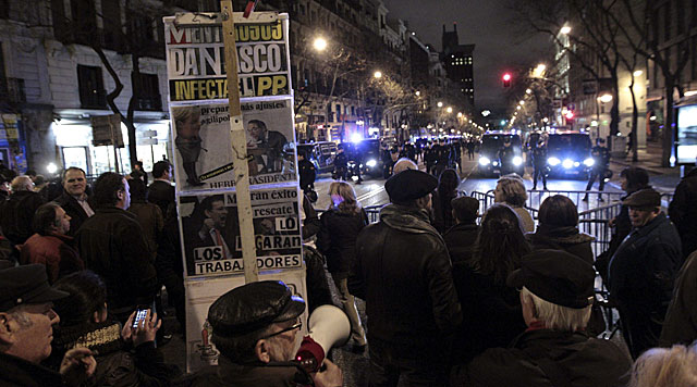 Manifestantes frente a la sede nacional del PP en Madrid. | Alberto Martín / Efe