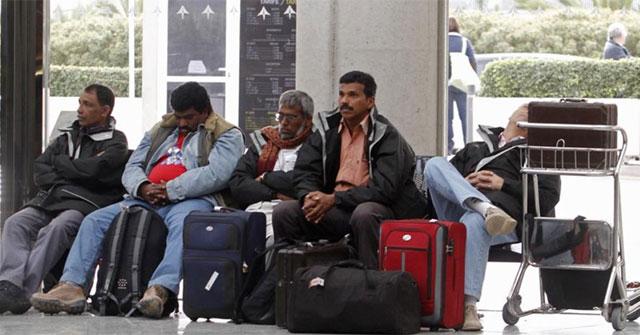 Trabajadores de India y Pakistán en el aeropuerto de Palma de Mallorca tras la operación en Argelia.| MÁS IMÁGENES