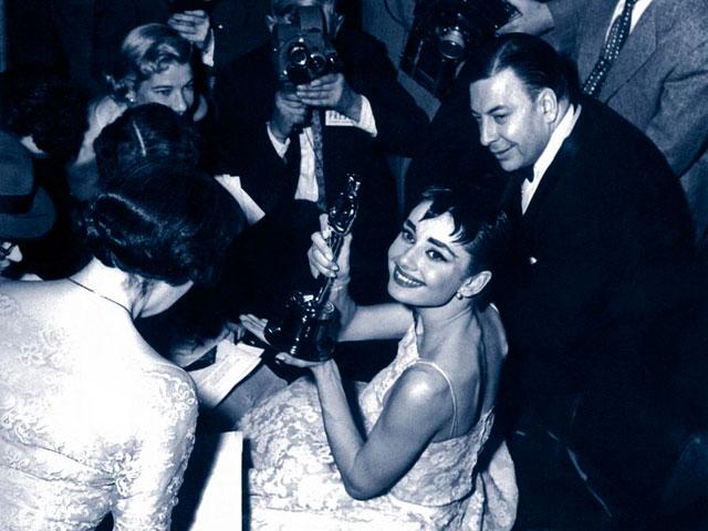 Audrey Hepburn, tras ganar el Oscar en 1954 por 'Vacaciones en Roma'. | E.M.