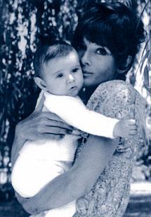 Con uno de sus hijos, en 1971.
