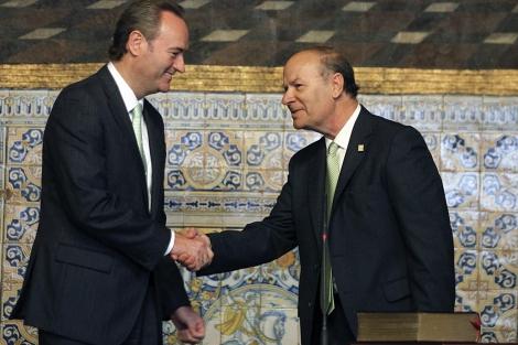 Alberto Fabra saluda al presidente de la Acadèmia Valenciana de la Llengua. | Efe