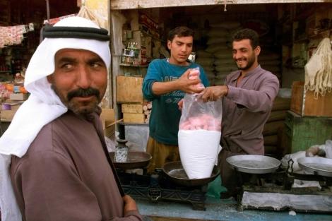 Un iraquí recibe su ración de comida en Bagdad, dentro del plan de la ONU. | AP