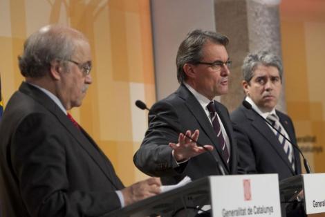 Mas, flanqueado este martes por Mas-Colell y Francesc Homs. | J. Soteras