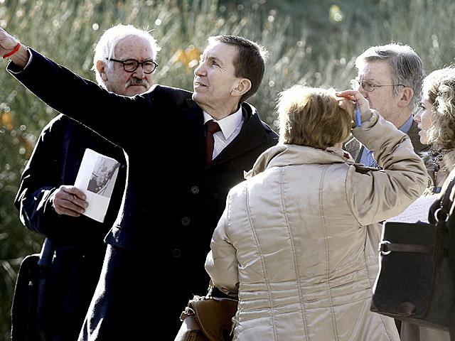Eduardo López Palop (segundo por la dchaa.), juez del 'caso Madrid Arena', atiende al fiscal general de Madrid, Manuel Moix.   Efe
