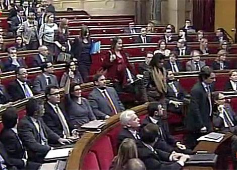 Los diputados del PP abandonan el hemiciclo durante la votación. | RTVE