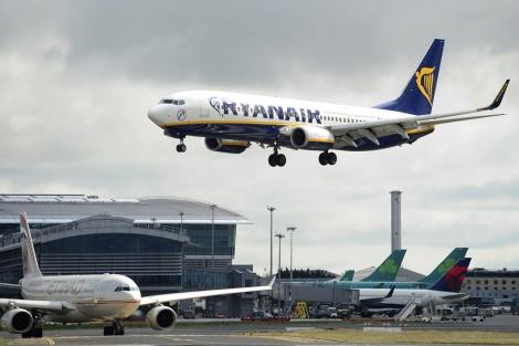 El despegue de un avión de Ryanair en una imagen de archivo.   E.M.
