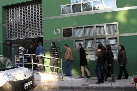 Usuarios hacen cola en una oficina del SAE en Málaga. | C. Díaz