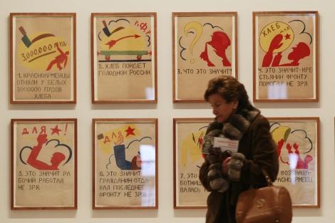 Una mujer pasa por delante de varias obras de 'Vanguardias Rusas' / J. M. Lostau