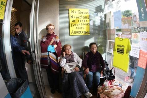 Encierro de afectados en un cajero.   Rosa González