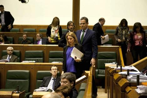 Los portavoces del PP y el representante de UPyD salen de la Cámara.   Efe