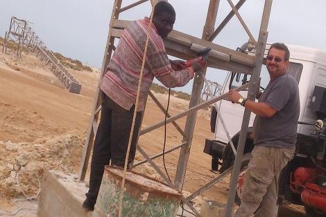 Antonio Jurado, junto a una torreta de electricidad en Mauritania. | E.M.