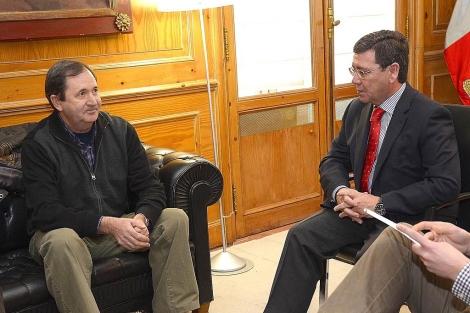 El alcalde de Treviño (i) con el presidente de la Diputación de Burgos. | Ical