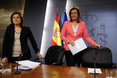 Sáenz de Santamaría (izq.) y Fátima Báñez. | Efe