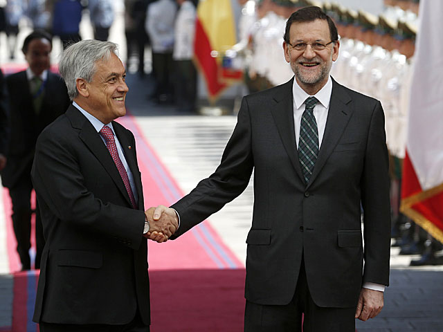 Piñera y Rajoy posan en La Moneda. | Iván Alvarado / Reuters