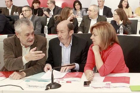 Alfredo Pérez Rubalcaba charla con José Antonio Griñán y Elena Valenciano.   Foto:A. Heredia.