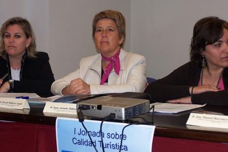 Rosario Ballester (centro), en un acto cuando era delegada de Turismo de la Junta.