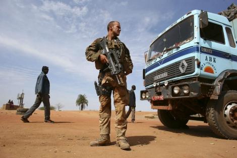 Soldados franceses patrullan la ciudad de Dabaly . | Efe