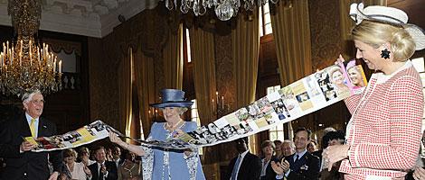 Máxima y Beatriz de Holanda, en la exposición 'Máxima, 10 años en Holanda'. G3