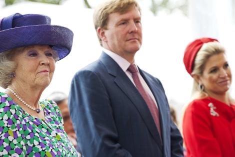 La reina Beatriz de Holanda, su hijo el príncipe Guillermo y su esposa, Máxima Zorreguieta. | Efe