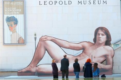 Visitantes observan la imagen situada a la entrada del recinto. | Leopold Museum