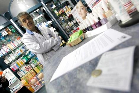 Un farmaceútico en su establecimiento de Madrid.   J. Linzón (Efe)