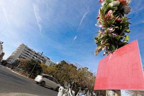 Ramos de flores que siguen en el cruce donde se produjo el accidente. | Efe