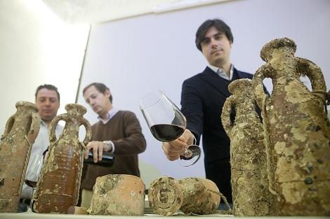 El bodeguero Luis Pérez ofrece una copa del nuevo tinto criado bajo el mar. | Conchitina
