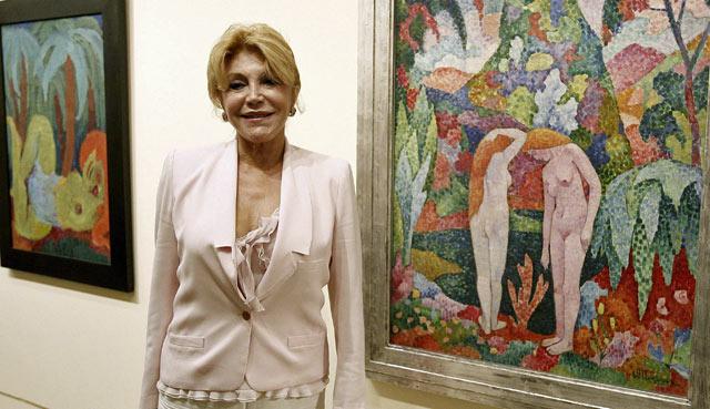 Carmen Thyssen, junto a dos obras de Gaughin. | Foto: Efe