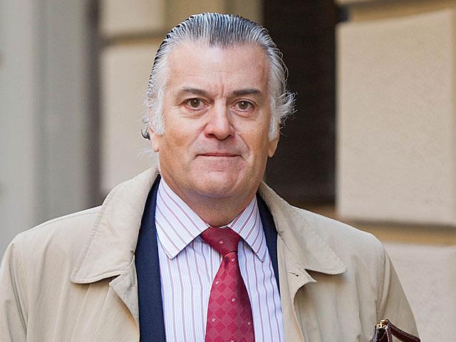 Luis Bárcenas saliendo de su domicilio el pasado día 23 de enero. | Gonzalo Arroyo