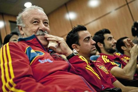 Vicente del Bosque, Xavi y Albiol, durante un acto de la Selección. | Efe