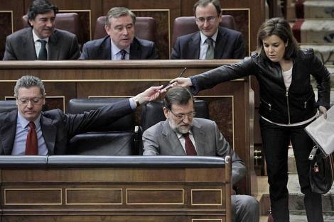 Gallardón (izqda.) junto a Rajoy y Sáenz de Santamaría en el Congreso | A. Di Lolli