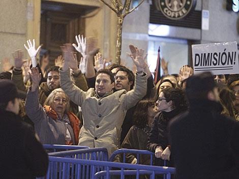 Manifestantes en la concentración frente a la sede del PP en Madrid.   Ángel Díaz / Efe