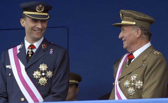 El Príncipe Felipe y el Rey Juan Carlos I, durante el desfile del Día de las Fuerzas Armadas en 2007.   Efe