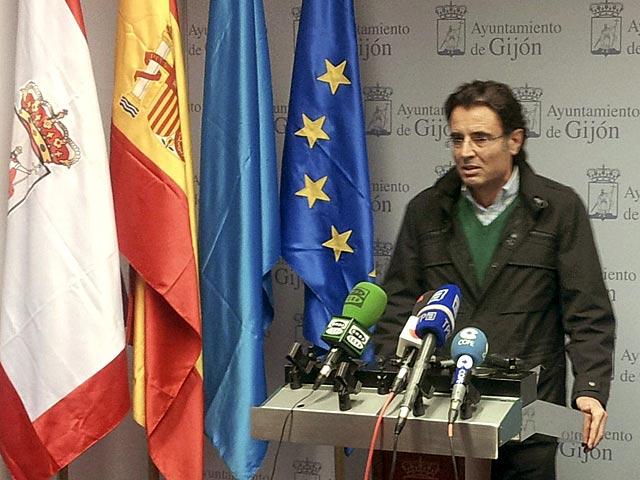 El concejal del PP en Gijón Eduardo Junquera en la rueda de prensa en la que ha anunciado hoy su dimisión. | Efe