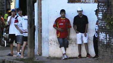 Un grupo de chicos custodia un puesto de drogas. | La Nación