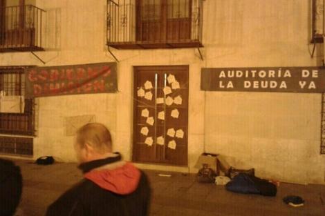 Sobres en la fachada del Ayuntamiento de Elche.   Acampada Elche