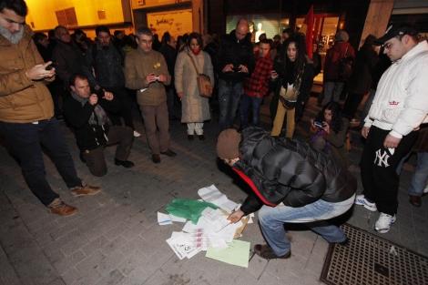 Un manifestante con 'sobres' de dinero. | Photogenic/ Pablo Requejo