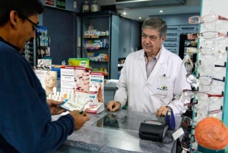 Un hombre adquiere un medicamento en una farmacia de Madrid. | K. Rodrigo.