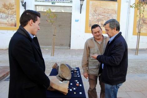 García Urbano junto a algunos de los restos arqueológicos hallados.   ELMUNDO.es