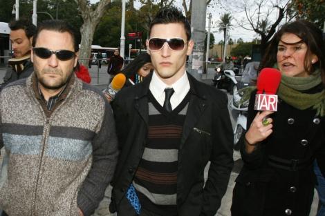 Samuel Benítez, en el centro, a su llegada a una de las sesiones del juicio en Sevilla. | J. M.