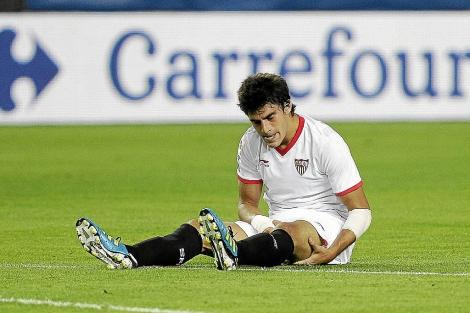 El delantero del Sevilla Diego Perotti en el campo.