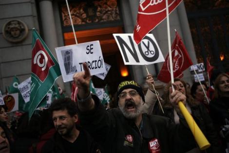 Trabajadores de Bankia protestan contra los despidos. | Reuters