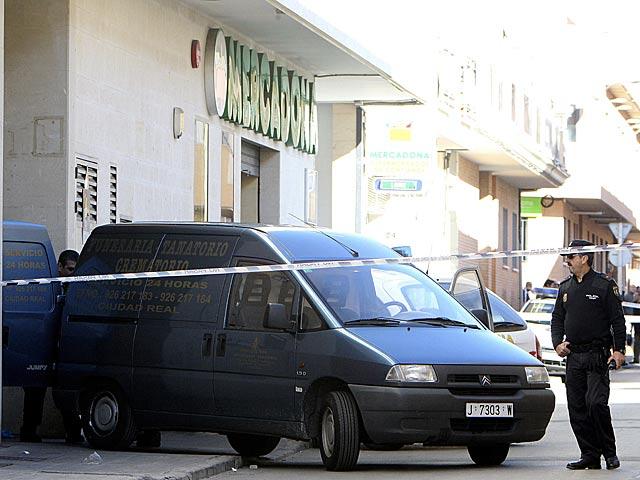 Un furgón funerario en la puerta del establecimiento donde han courrido los hechos.   Mariano Cieza Moreno / Efe